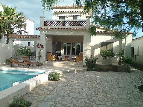 Empuriabrava, southfacing house at canal with mooring and pool