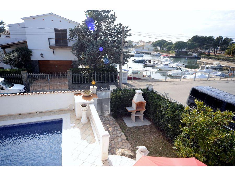 Haus mit garten und pool  auf großem Grundstück mit Garten und Pool, vor einem Hafen