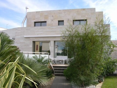 Villa ay canal and big plot for sale at Costa Brava, Empuriabrava