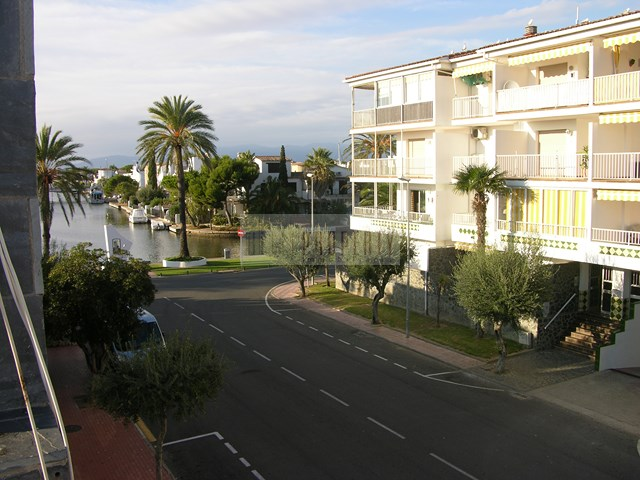 Investment property in Ampuriabrava: house with 3 living units