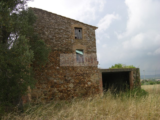 Costa Brava, Masia to renovate on large plot in Pals, near the beach.