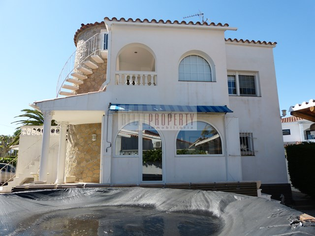 House for sale in Ampuriabrava possibility to build a pool