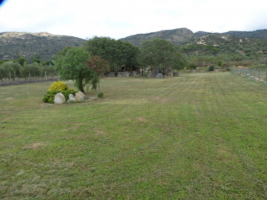 At 8 km from Roses in the Costa Brava, special rustic house for sale with very big terrain