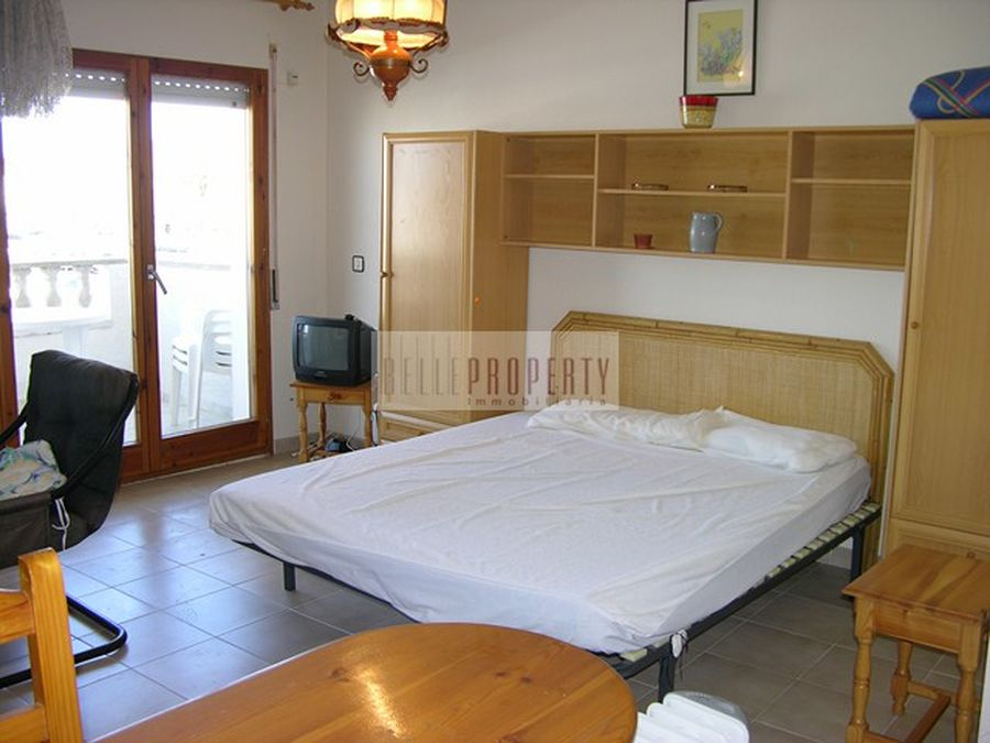 Well-maintained studio with stunning views to the harbour and the Pyrenees
