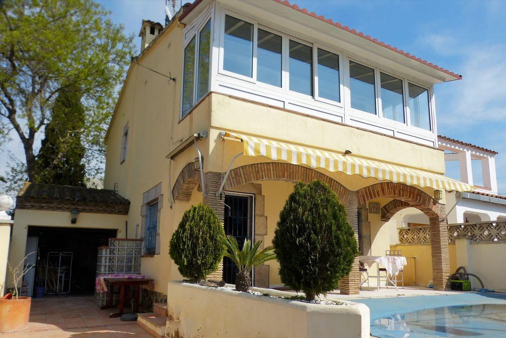 Empuriabrava house with 5 bedrooms and pool. Southwest facing