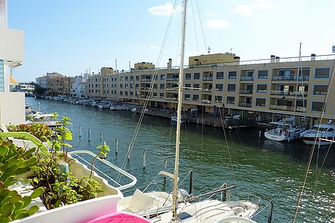 Elegant and modern apartment overlooking the canal and 300 m from the beach