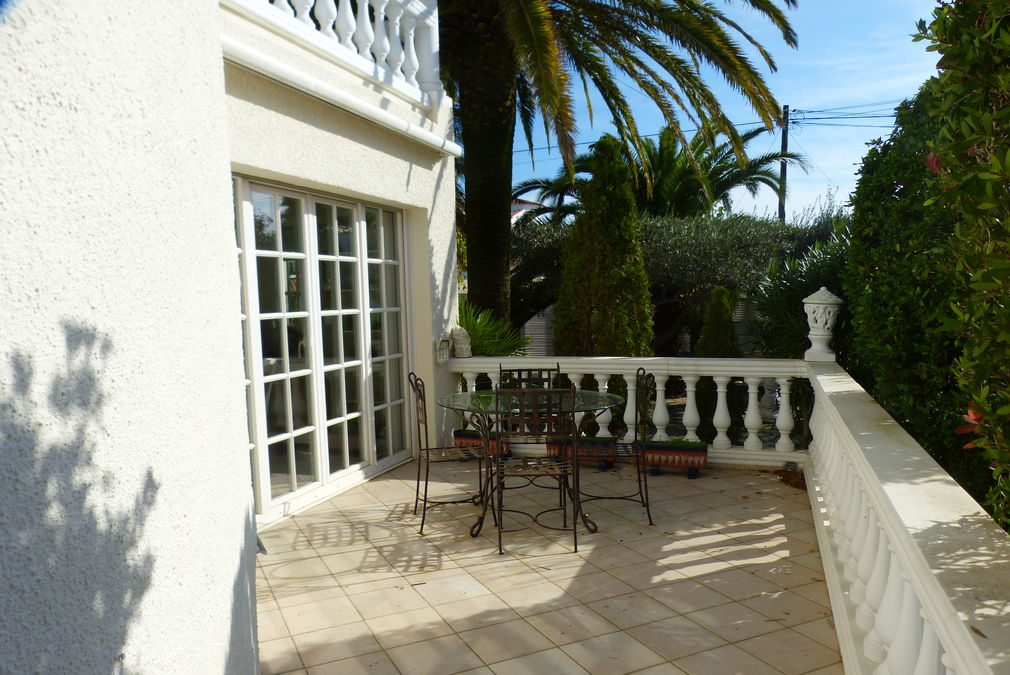 Beautiful villa to the canal in 875 m2 plot with 25 meters of mooring