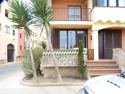Flat for sale in Ampuriabrava only 50 m from the beach, community pool