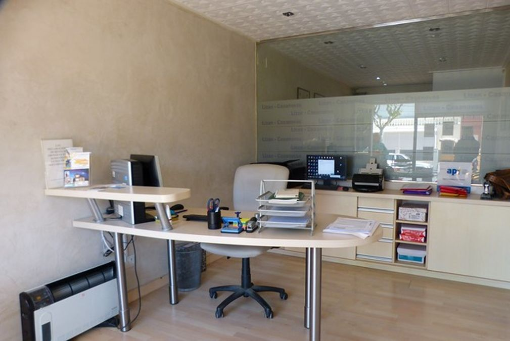 Empuriabrava, office for sale, with 2 offices and large filing cabinet in main Av.