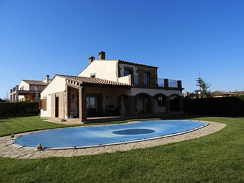 Beautiful house in the Residential Golf of Peralada, large plot and pool