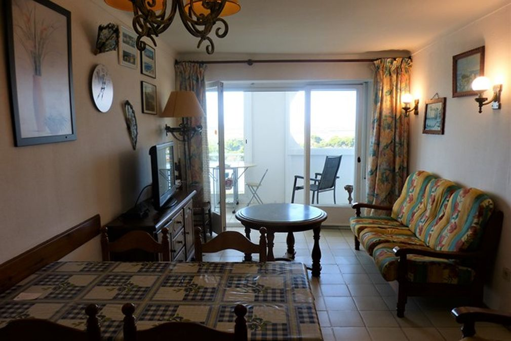 Apartment to renovate on the beachfront with magnificent views of the sea and the Els Aiguamolls natural park