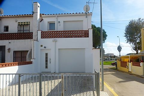 For sale completely renovated house in the Biblos area in Empuriabrava