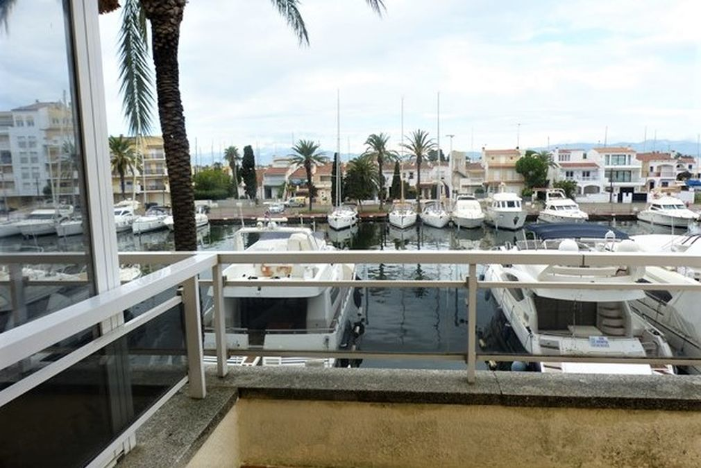 Apartment in the Club Nautic area, nice view of the canal, near the beach
