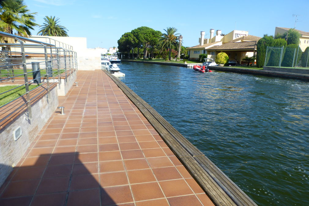 Spectacular house south side wide canal, 5 rooms and 25m mooring