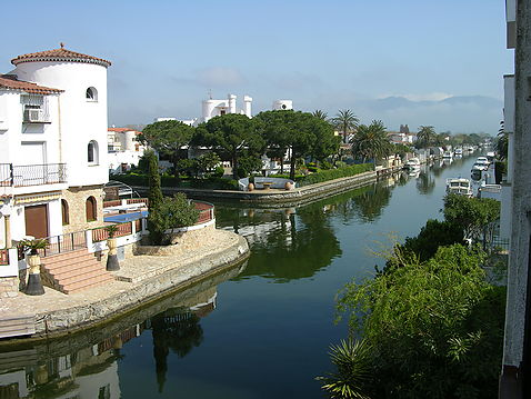 Excellent occasion: apartment with canal view for sale in Empuriabrava