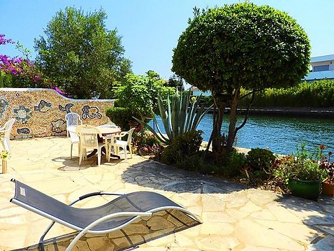 For sale beautiful apartment in an idyllic setting on the canal in Empuriabrava