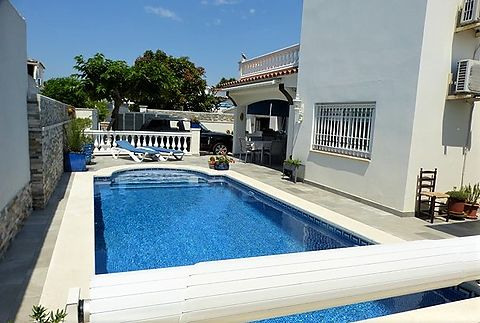 For sale nice villa with pool and apartment in Empuriabrava