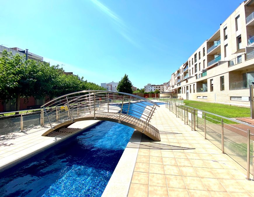 Modern, spacious flat with 2 bedrooms, communal pool and parking