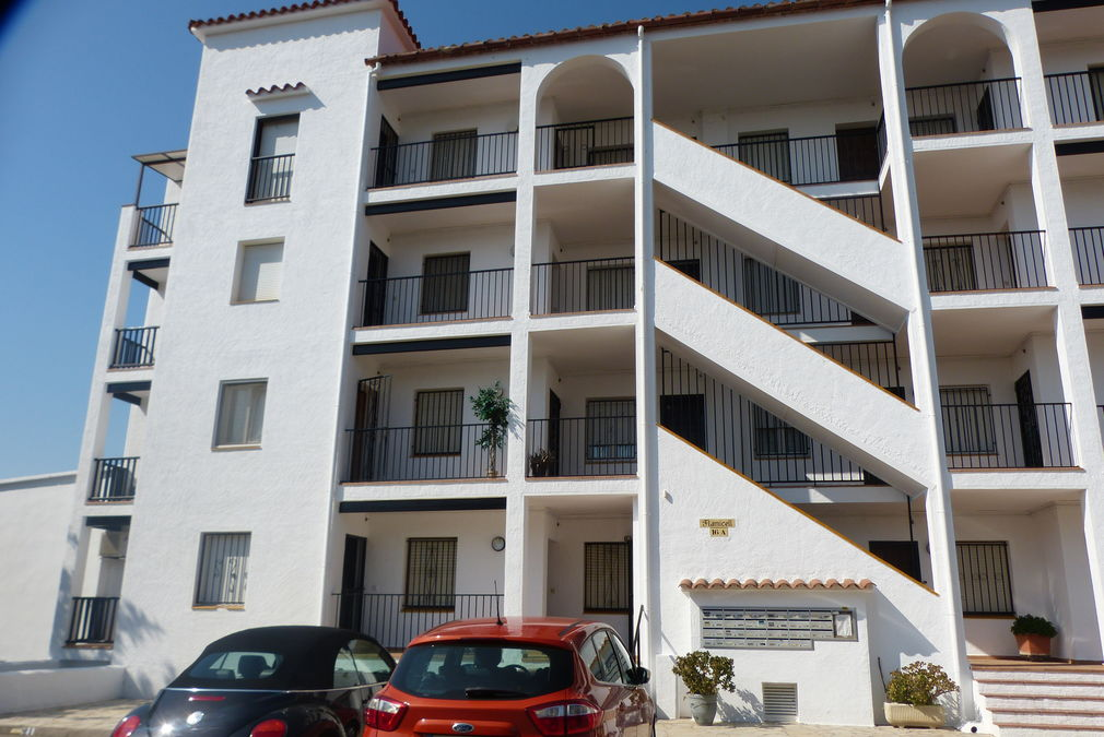 Apartment for sale in Empuriabrava, beautiful views, community pool and mooring