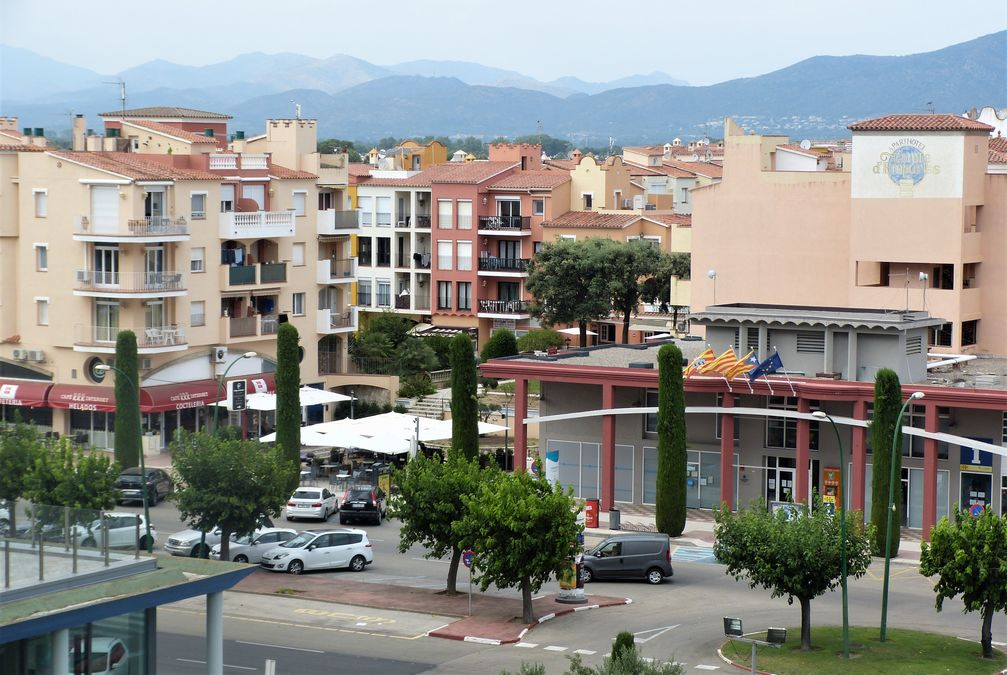 Study on the 5th floor with unobstructed view on the 1st line of the sea in Empuriabrava