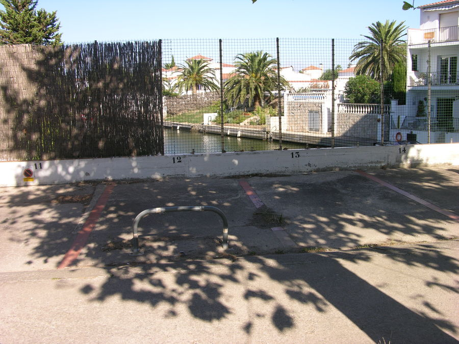 Agradable estudio en venta en Empuriabrava con vistas al canal y parking