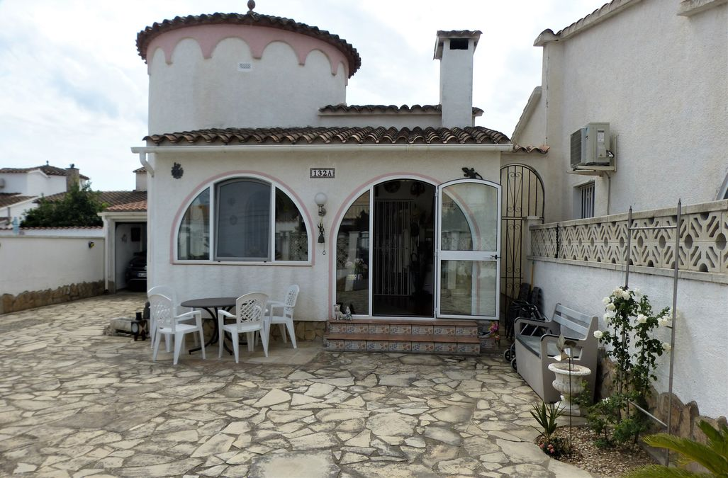 Holiday home in a very good location with winter garden and a living area of 84 m2 and a plot of 322 m2