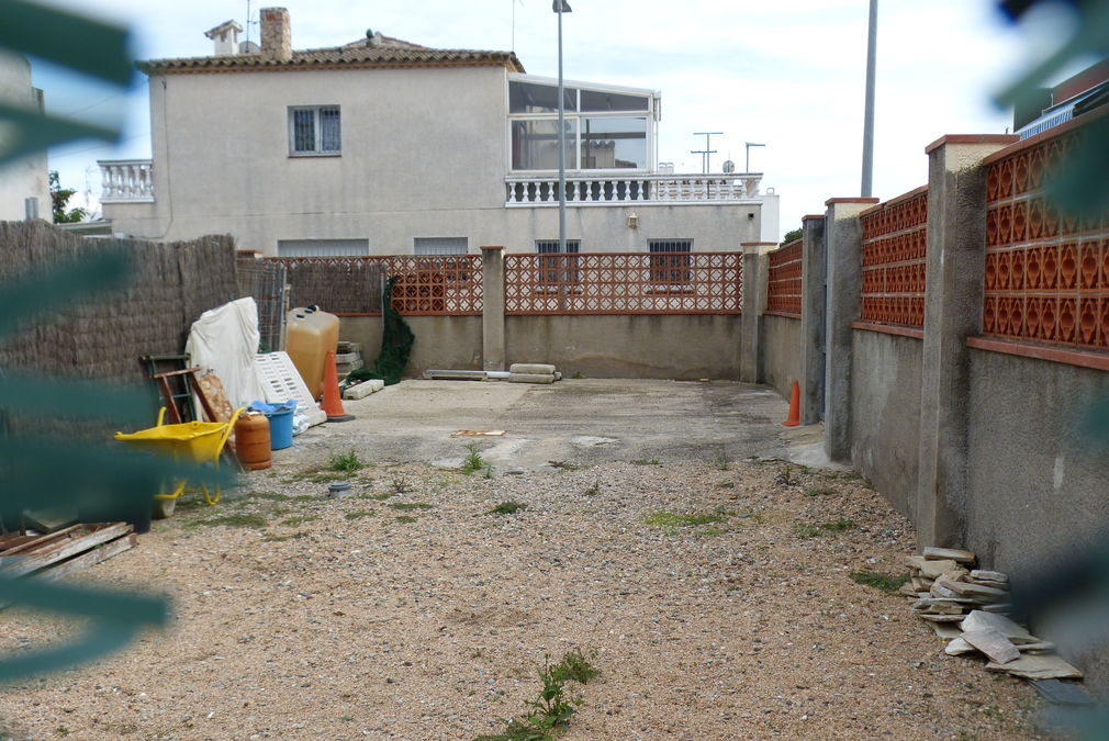 Land for sale with the building plans of the construction company in Empuriabrava
