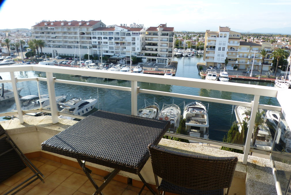 Flat for sale furnished in the Club Náutic, central, located in the centre and near the beach.