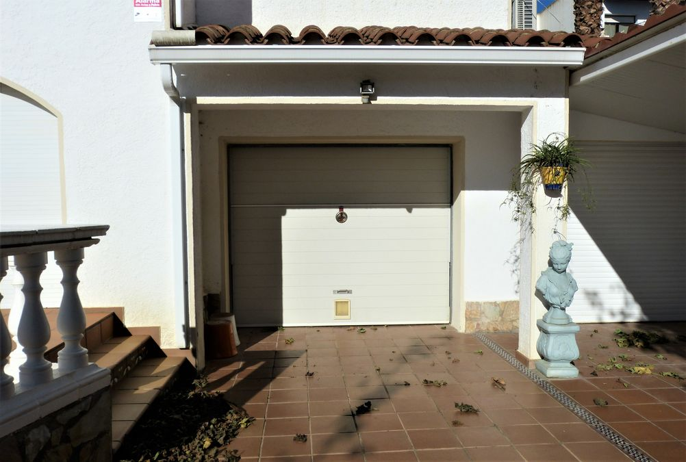 Splendid house in a residential area close to the sea and right in the centre of town