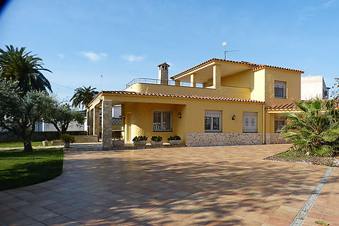 House with pool for sale in Empuriabrava, large plot, near the beach