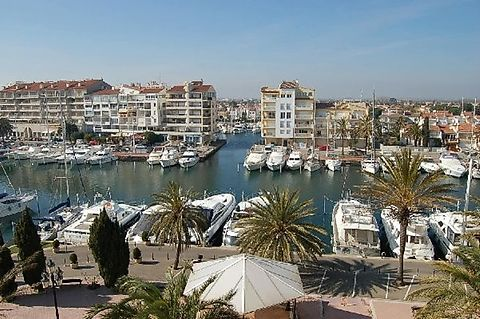 Flat for sale in an excellent location of Empuriabrava directly at the port with views
