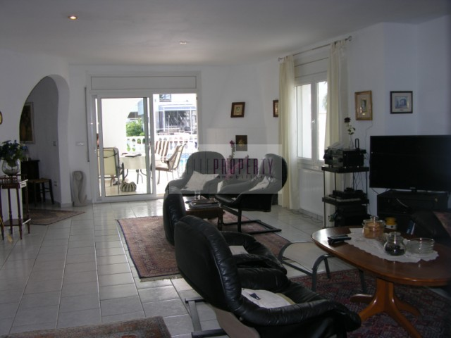 For sale in Empuriabrava, House with 15m mooring and pool close to the center