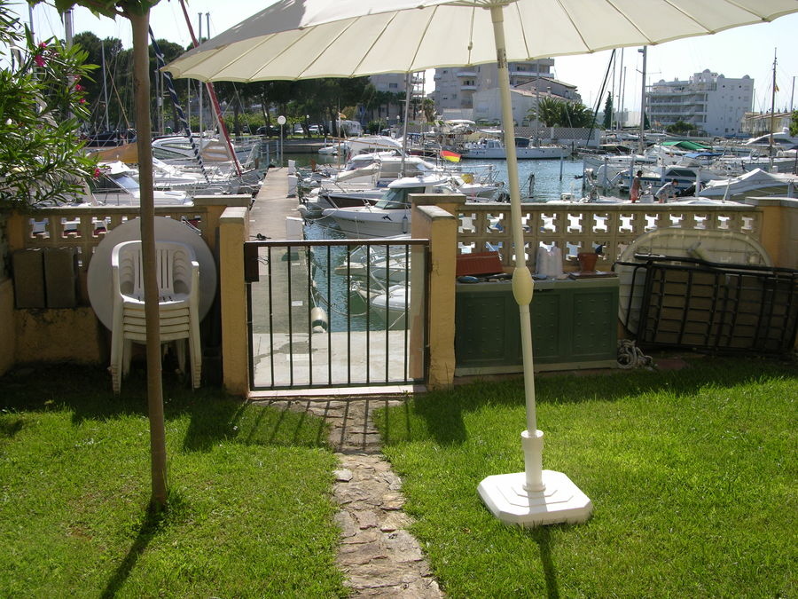 For sale attached house in Roses with mooring for sailing boat and pool