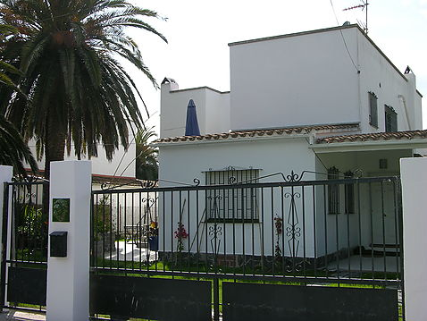 House for sale in Empuriabrava with 4 apartments, ideal investment