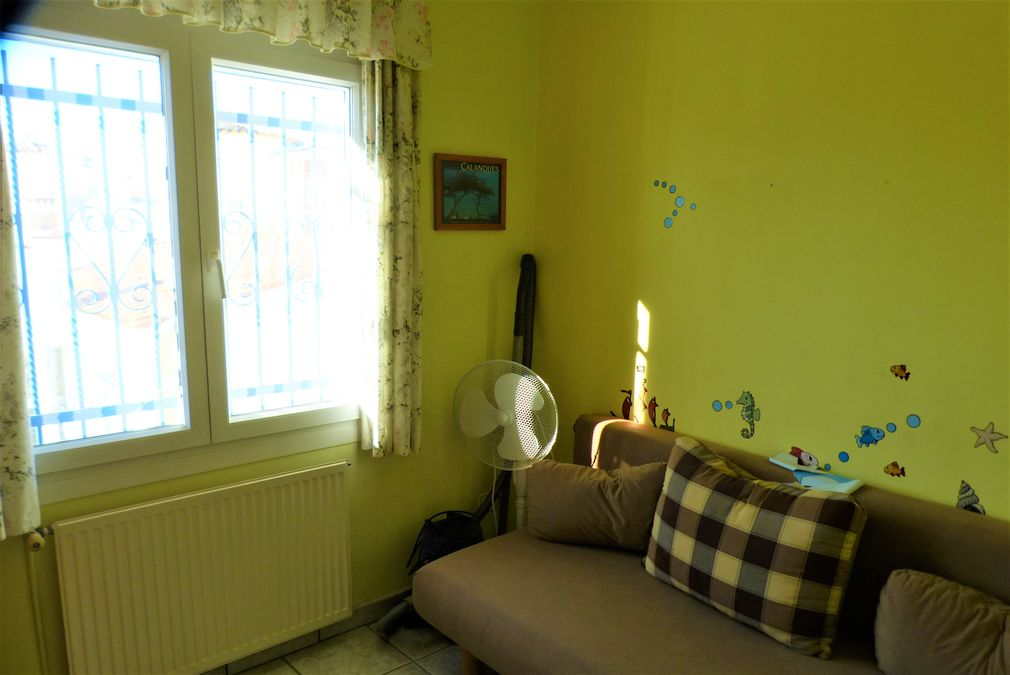 Holiday house on the canal with 165 square meters of living space and on the wide canal with 6 m berth for sale.