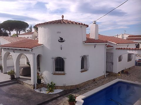 Ground floor house for sale in a nice area of Empuriabrava with swimming pool and garage.