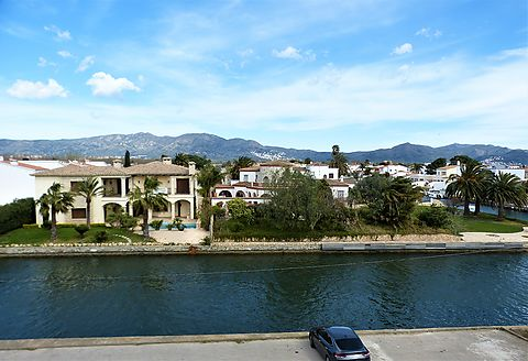 Flat for sale in a small building with a magnificent view of the canal and the mountains in a quiet environment.