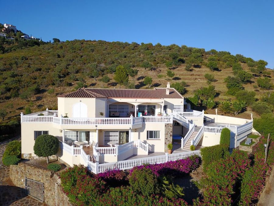 Imposing villa with large plot for sale in Roses, panoramic sea and mountain views.