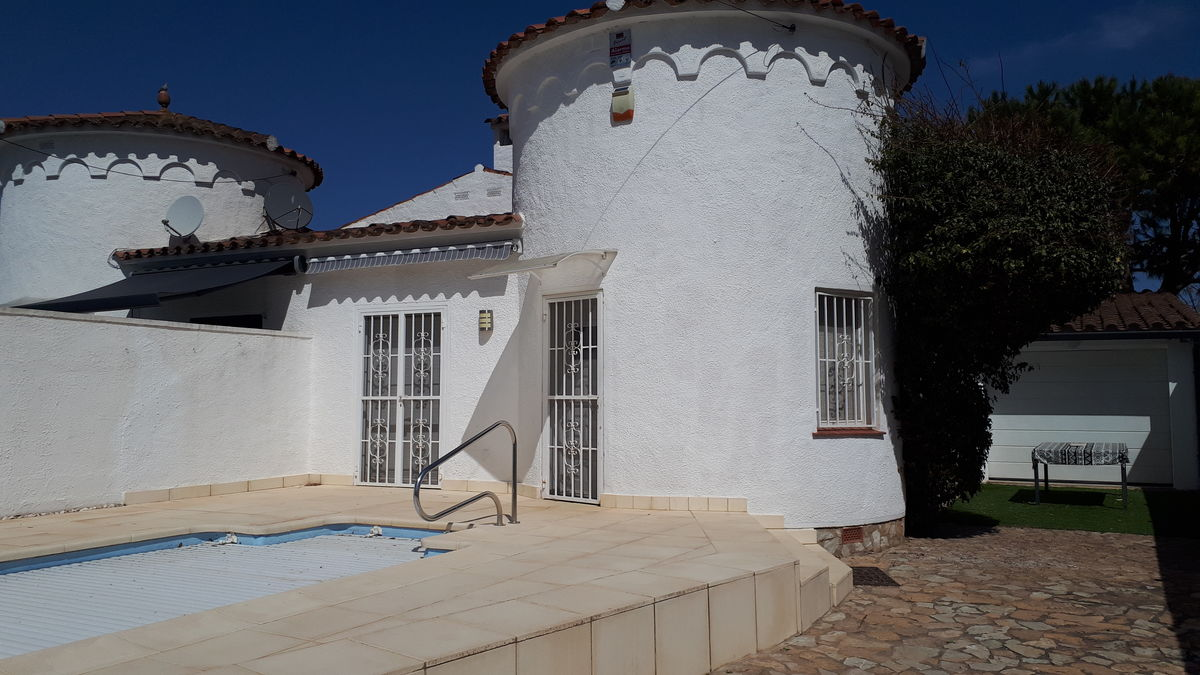 Nice well-kept house for sale, with pool and in a very quiet area in Empuriabrava, very good opportunity