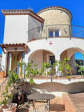 Beautiful typical house in the residential area of Requesens, near the beach and shops.