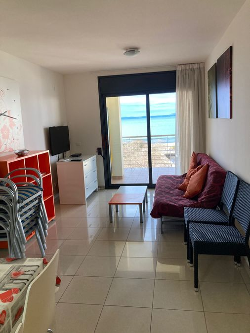 Apartment for sale on the beachfront in Roses, high standing. Pool and parking