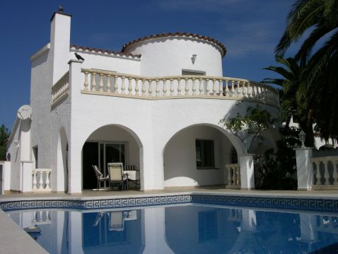 Empuriabrava, House with 15m mooring and pool close to the center